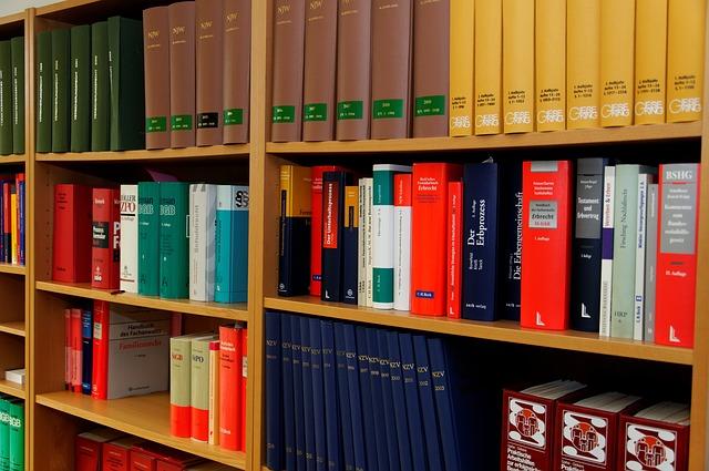 本棚に法律の本が多数