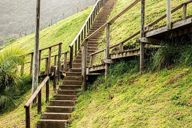 広場の木の階段
