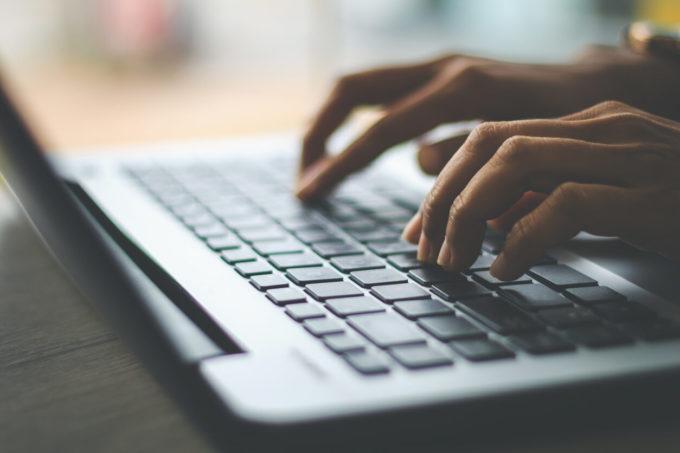 ノートパソコンで両手で検索