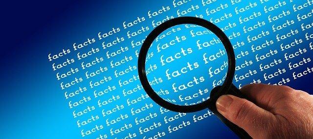facts文字を虫眼鏡で見る